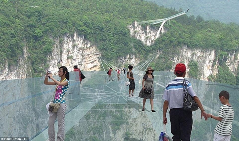 中國「全世界最高玻璃天空步道」!一次可走800人 往前看像是沒有盡頭...