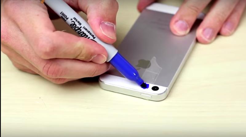 他用簽字筆開始塗手機...「超便宜CSI專業儀器」就到手了:千萬不要照馬桶!