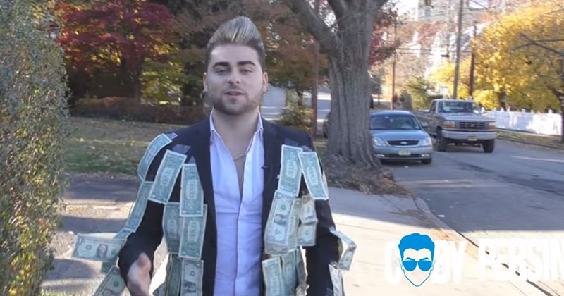 實驗哥穿一件「貼滿鈔票的衣服」讓路人隨意拿 意外引出社會和人性最黑暗的一面