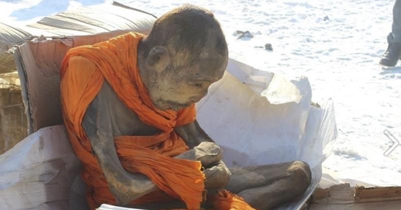 蒙古洞穴被挖出「200歲」木乃伊高僧 專家一看:他其實還活著!