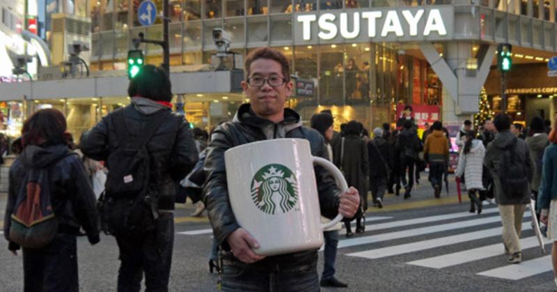 日網友帶「巨無霸馬克杯」到星巴克看會不會幫他裝咖啡 最後證明店家太專業!