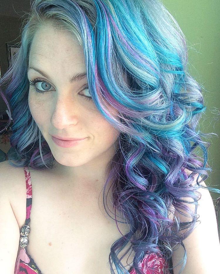 彩虹髮妹子秀出「7張自拍照改變人生」 人們都被社群軟體騙了:不完美才好!