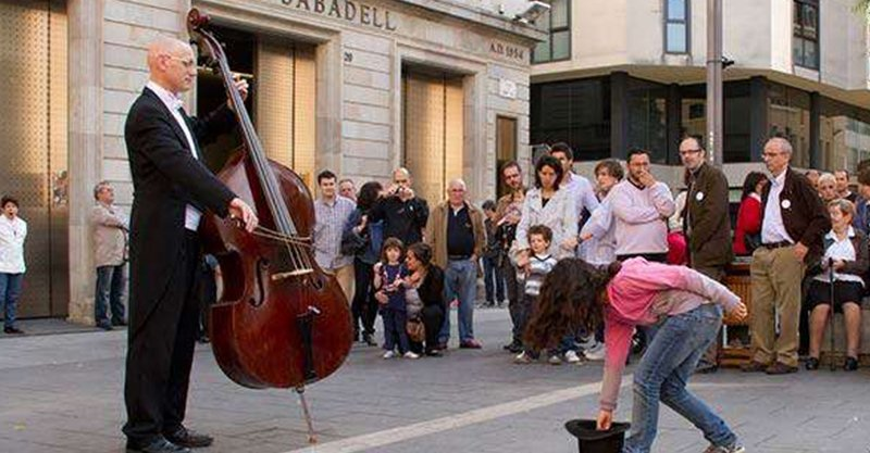 小女孩投下硬幣給一位平凡的街頭音樂家 竟收穫「此生最難忘演奏會」