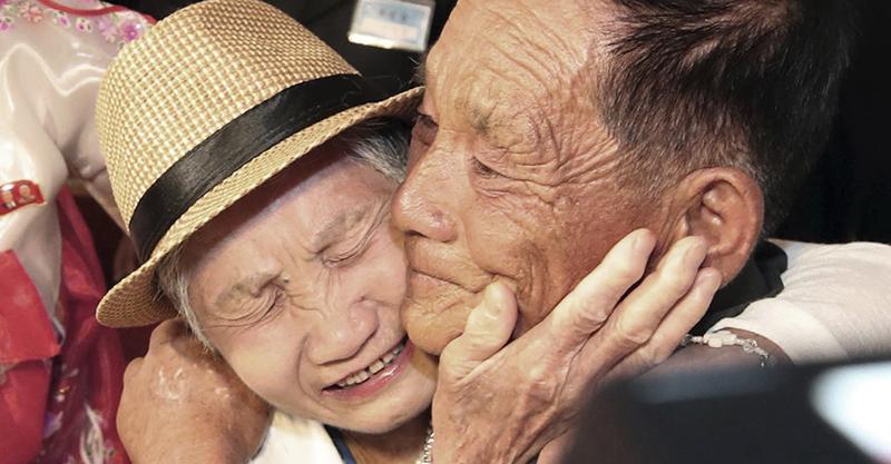 韓戰和4歲兒走散...再見面他已成「71歲老人」 母子激動相擁痛哭