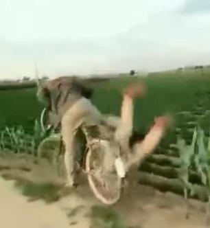 姿勢100分!他貼心騎腳踏車載女友 一個帥氣抬腿:啊人咧~