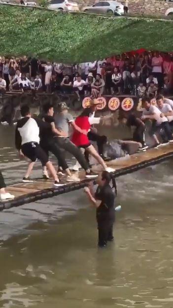 「搖搖橋」平衡力大挑戰!各種陷害推下水太爆笑 最中間的人根本大師級啊~