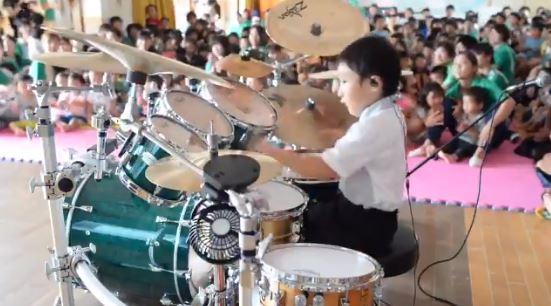 6歲小男孩拿起鼓棒 音樂一響起「超狂手速+節奏感」直接打趴大人!