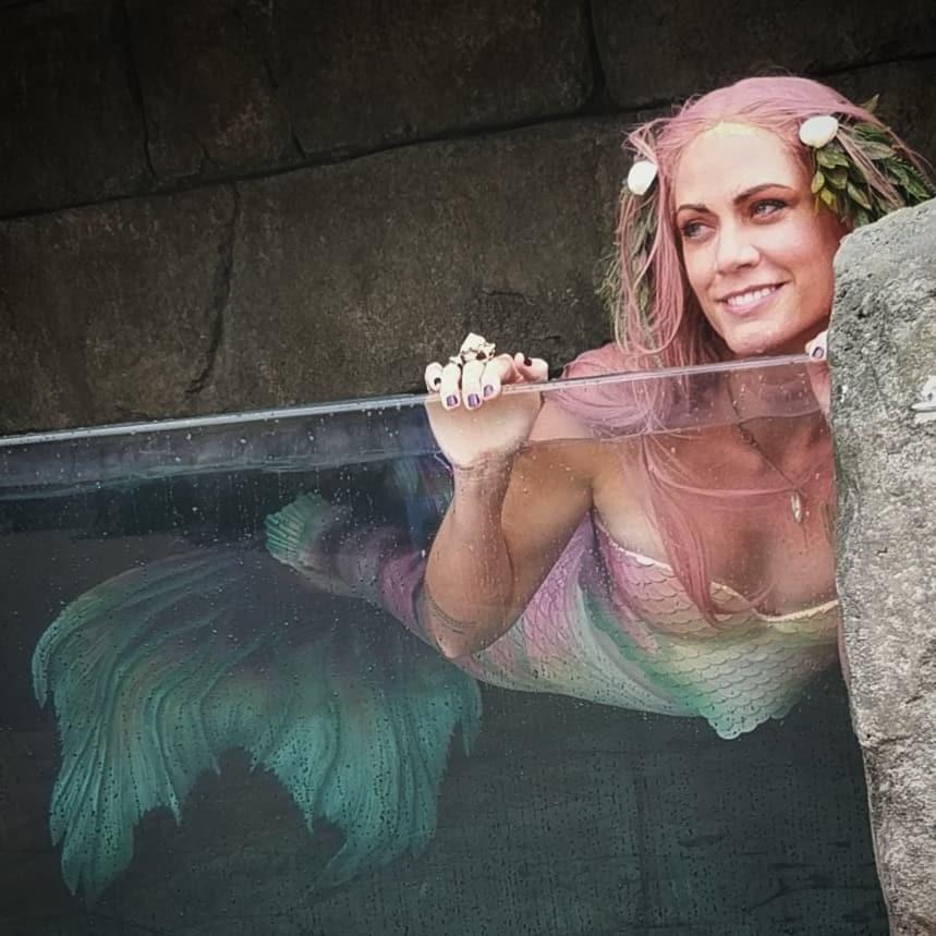 遊樂園把「活的美人魚」關進櫥窗!跟遊客聊天玩水成為孩子王:愛麗兒是真的❤️️