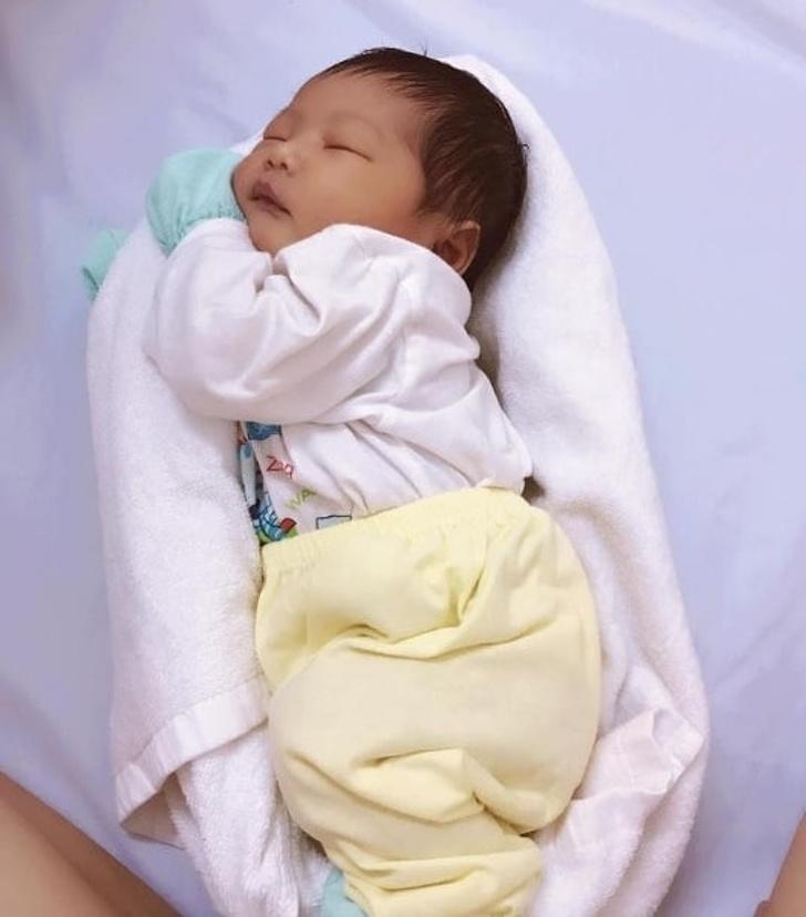 90秒讓新生寶寶「瞬間入睡」    撇步只需要一條毛巾:裹起來就對了!