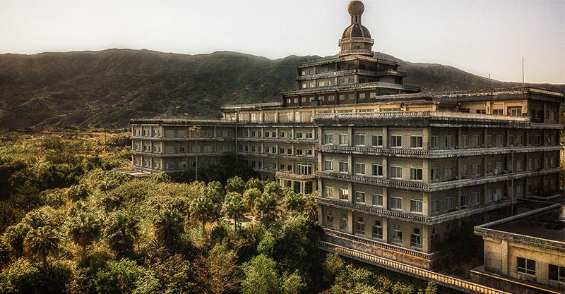 末日的既視感...31張日本最大飯店「淒美廢棄模樣」 房間竟跟大自然合為一體!