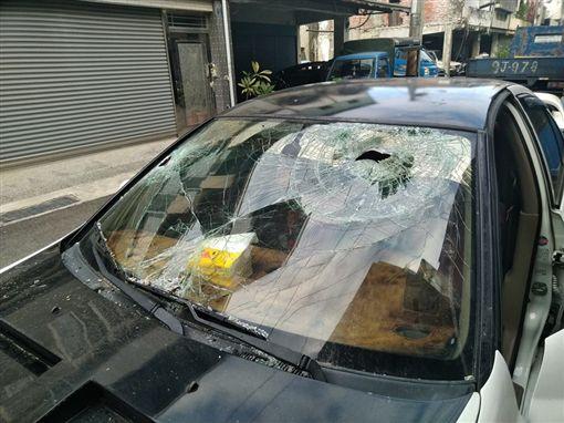開車中突然砰一聲!擋風玻璃「被鴿子穿透」破洞 網傻眼:你是碰到神奇寶貝?