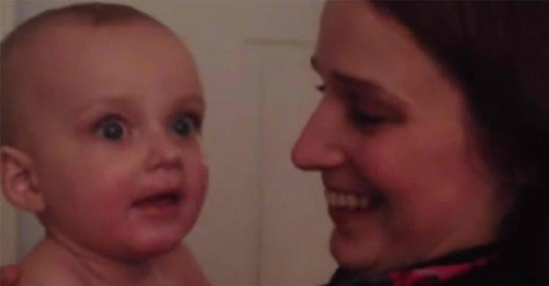 影/寶寶第一次看到「跟媽媽一模一樣的雙胞胎妹妹」 超爆笑反應讓人看得好心疼!
