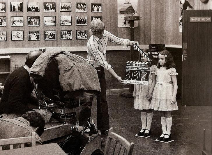 26張「想看更多幕後花絮」的珍貴電影現場照 《鬼店》陰森姐妹花完全是無害蘿莉!