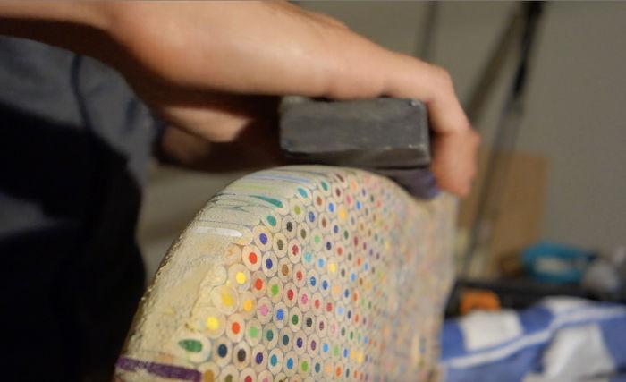 藝術家買「1200支色鉛筆」開啟超狂創作 「七彩電吉他」成本低到太瘋狂!