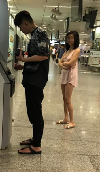 地鐵驚見「粉紅背心妹」火辣等領錢 她「雙手抱胸的正面」讓路人都忍不住插隊!