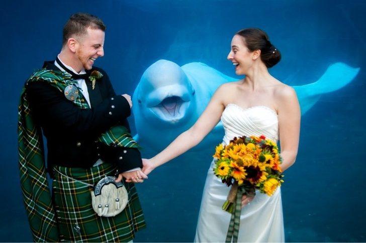 20張「被亂入反而更完美」的爆笑照 拍婚紗水行俠剛好出任務...