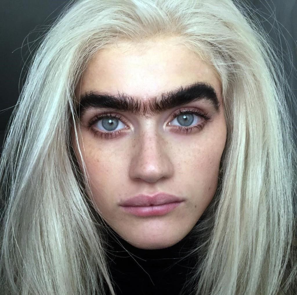她因為「眉毛太粗」暴紅被酸民罵翻 網友警告「要拿走她的命」...現在剛拿到頂級合約!