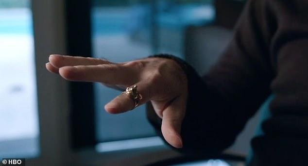 他爆料自己「10歲就嫁給麥可傑克森」 秀出「手上大鑽戒」證明:他拿這個跟我交換...