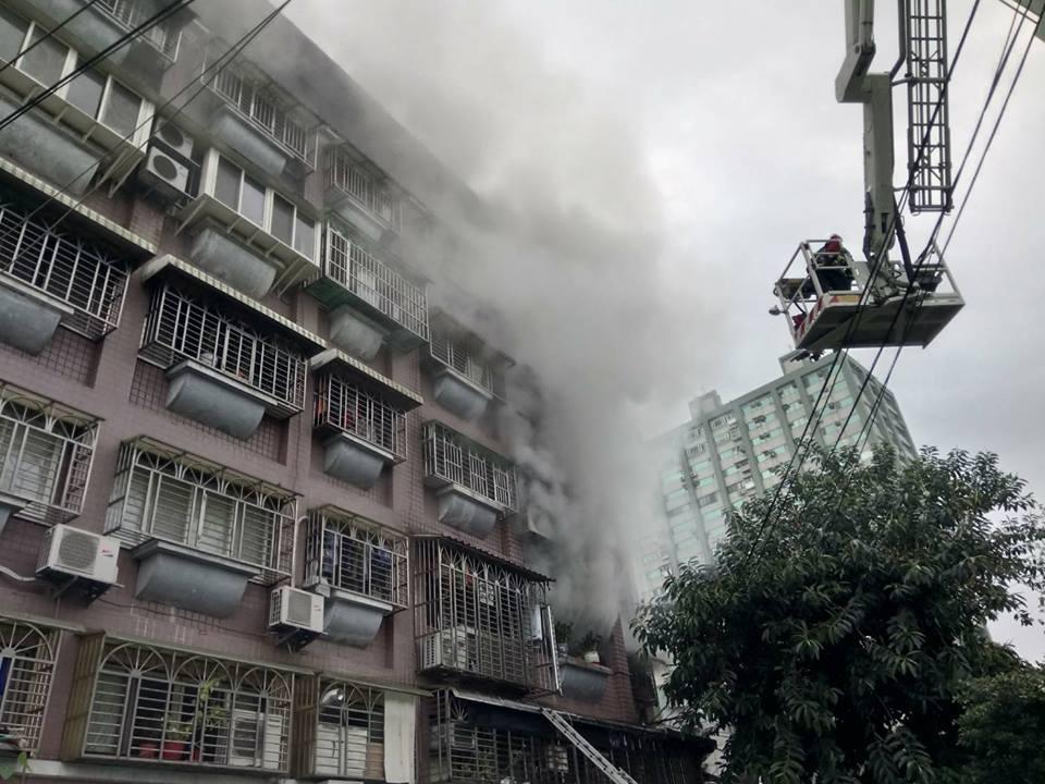 他經過火場見消防員努力救人 一身裝備燻黑「也要護懷中寶寶」感動萬名網友!