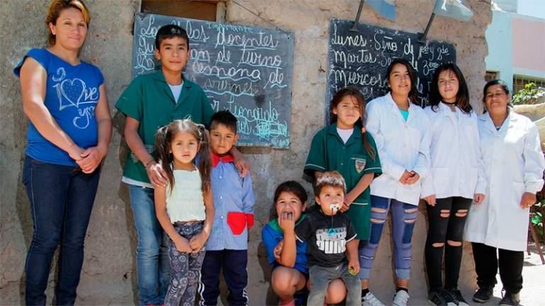 9歲男孩發現「同學一直變少」問理由超不捨 自己在後院「成立學校」當免費老師!