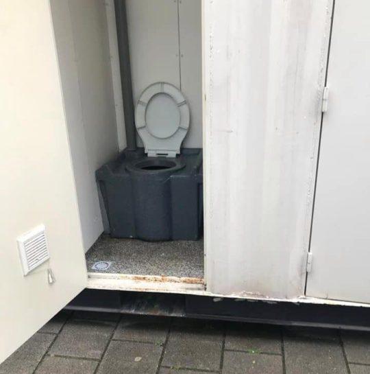 他花5000元在網上訂「乾淨3人房」 到現場只見「1個巨大鐵盒」衛浴本尊更悲劇!