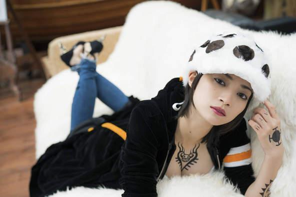 如果《海賊王》羅是女生?日本酷酷正妹性轉cos「魯夫→超辣女神」:這身材hen可以!