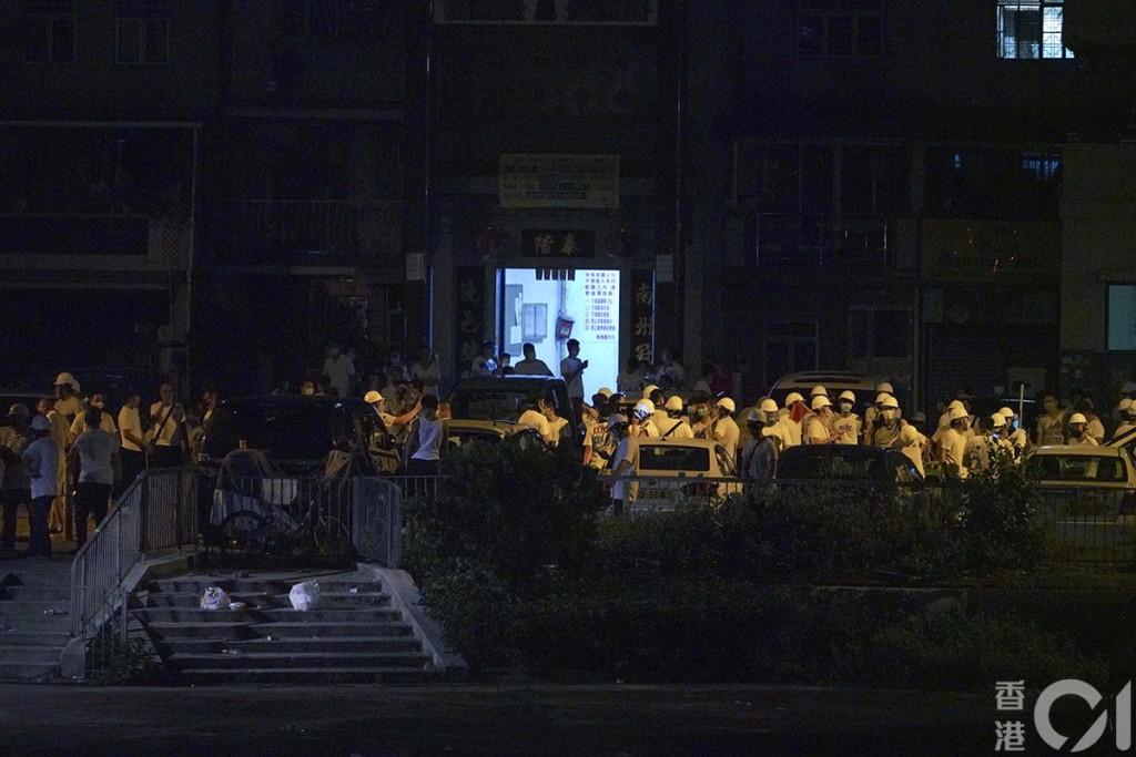 影/香港元朗出現「神秘白衣人」 手持鐵棍「狂毆遊行民眾」警察:沒發現武器