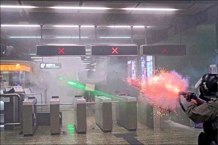 港警狂丟的「催淚彈」有多可怕?專業網友曝光「半顆威力」震驚眾人 只吸1秒就快上天堂!