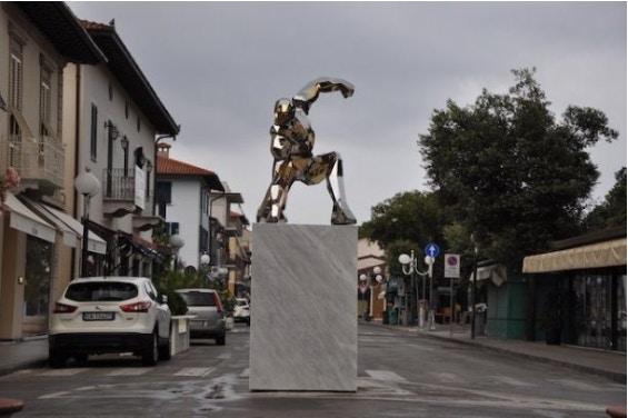 藝術家打造「鋼鐵人雕像」意外引爭議 超尷尬命名「撞名DC英雄」網傻眼:沒做功課!