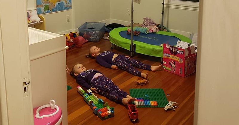 大媽騙女兒「乖乖躺在燈光下」能讓睡衣發亮 揭開「超實用陰謀」網讚翻:家長的救星!