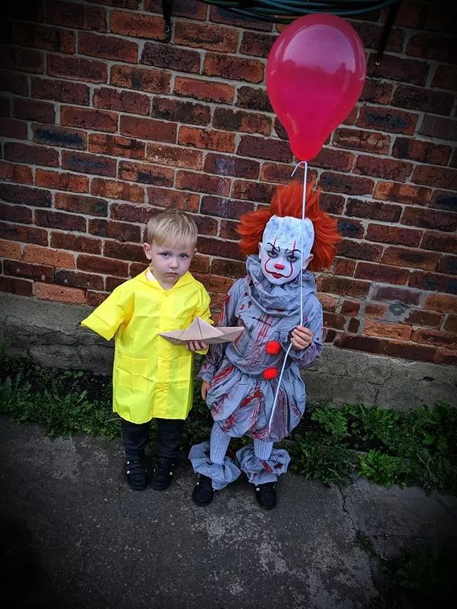 創意媽用超低成本把小孩→小丑 超厲害「下半身細節」網讚:我見過最厲害的Cosplay!