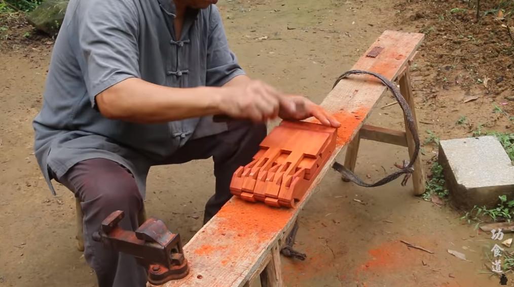 影/網紅爺爺「徒手打造魯班凳」瞬間爆紅 他曝光「超神木匠手藝」上千萬網友讚爆!