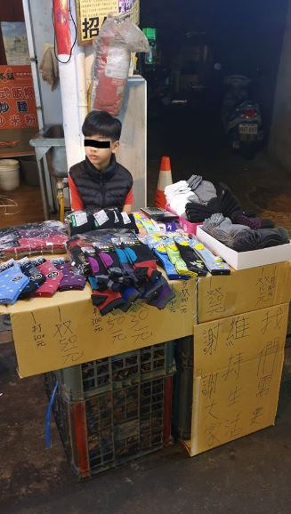 11歲男童擺攤賣襪照顧病父「怕被房東趕走」 網友用愛心「1小時」讓他收攤