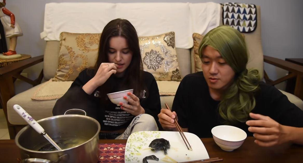 讓烏克蘭正妹「挑戰台灣恐怖料理」 她敢挑戰「整隻青蛙」卻被超另類食材嚇傻!
