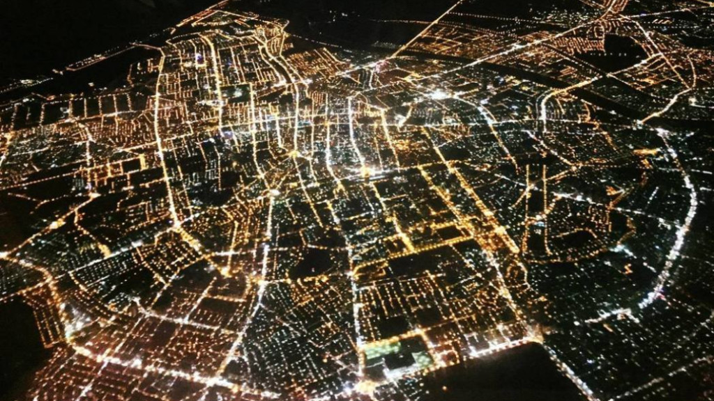 絕美「空拍放射夜景」竟是在台灣 眼尖網友「秒認出地標」:這太明顯了!
