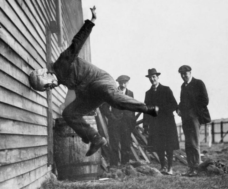 25張「人們過去怎麼生活」的驚奇歷史照 測試頭盔的方式…竟然是去撞墻!