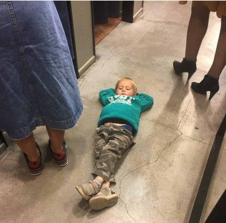 15個「讓新手爸媽崩潰」的育兒日常 兒子滑手機「牽錯爸爸」表情超爆笑!
