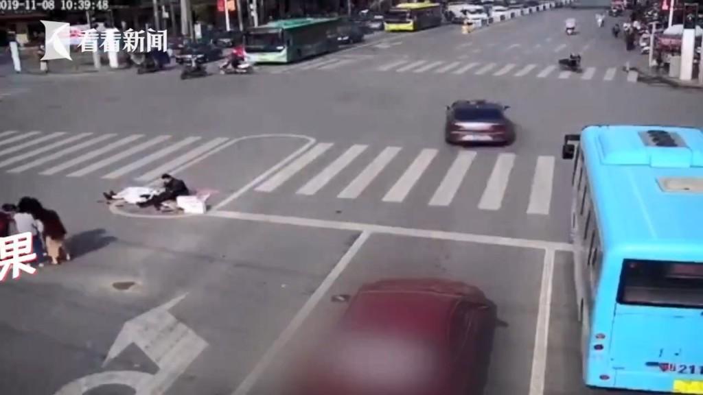 新人「躺在馬路上」拍婚紗照 他們「冒著危險」狂擺姿勢…路人全看傻!