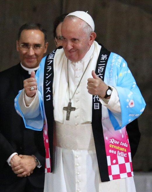 羅馬教宗參訪日本 官方竟送上「超宅動漫衣」本人開心穿上…荒謬畫面被瘋傳!