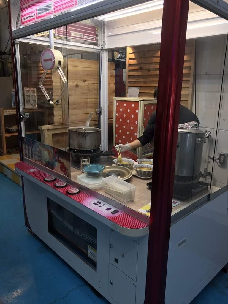 日本冒出「娃娃機拉麵店」超獵奇 活生生的師傅「在機台裡」煮拉麵給你吃!