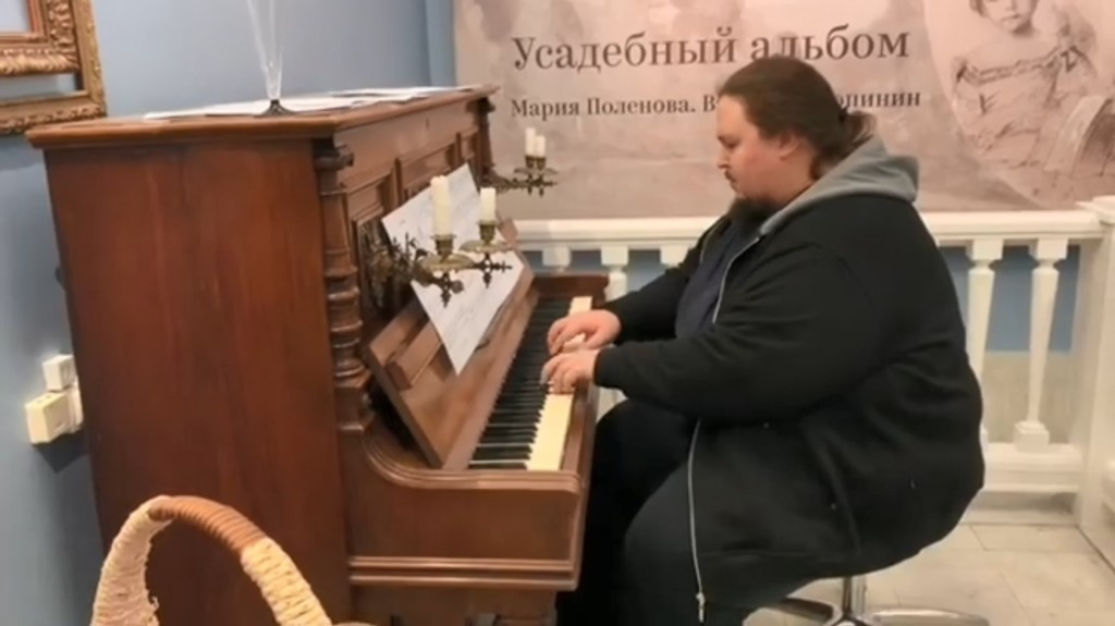 影/鋼琴家「在飛機如廁」卻急著沖水 下秒「慘被馬桶吸住」嚇壞:我不想死!