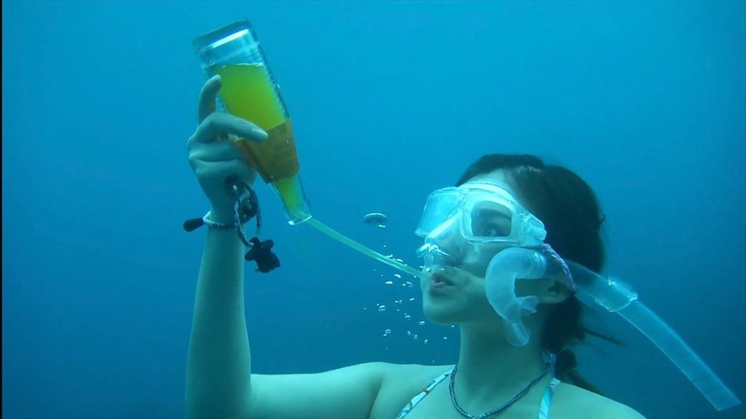 網紅白雲「大秀身材」挑戰水底喝可樂!她曝光「背後目的」被大讚:值得學習