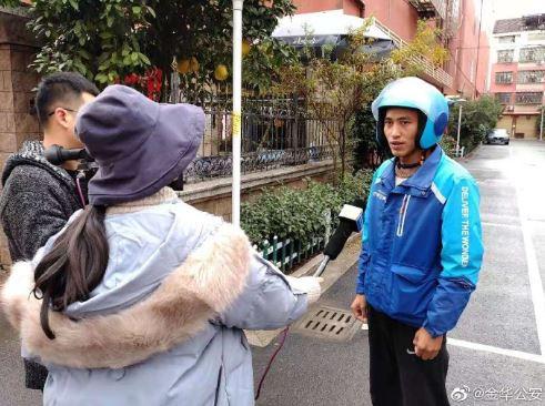 外送哥目睹男孩遭撞飛「雨中緊抱30分鐘」 被給4負評無悔:怕他著涼