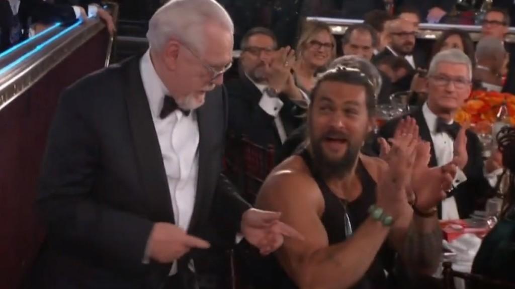 水行俠「穿不住西裝」金球獎上脫了 全場唯一「穿吊嘎觀禮」做自己無極限!