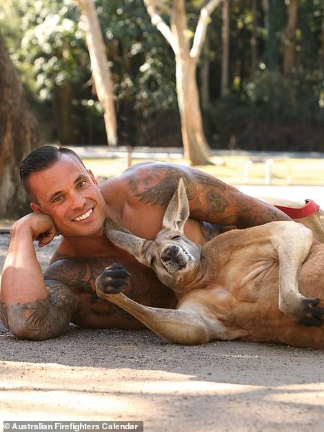 太養眼!2021澳洲消防員月曆 爆肌+可愛動物讓人眼睛超忙碌