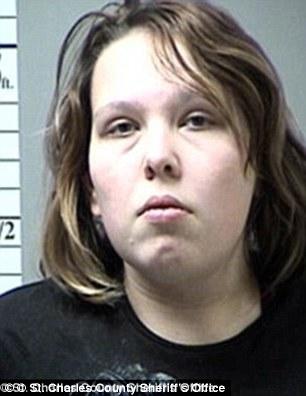 19歲爸爸嫌兒子太吵「暴力狠挖喉嚨」虐待殺死,媽媽在警察面前「假哭」...(非趣味)